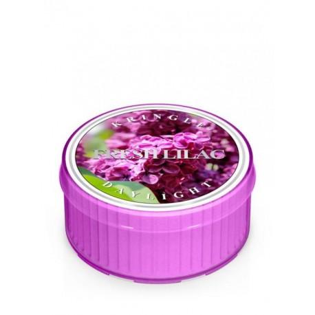 Zapachowa świeczka Kringle Candle Fresh Lilac w zamykanym opakowaniu